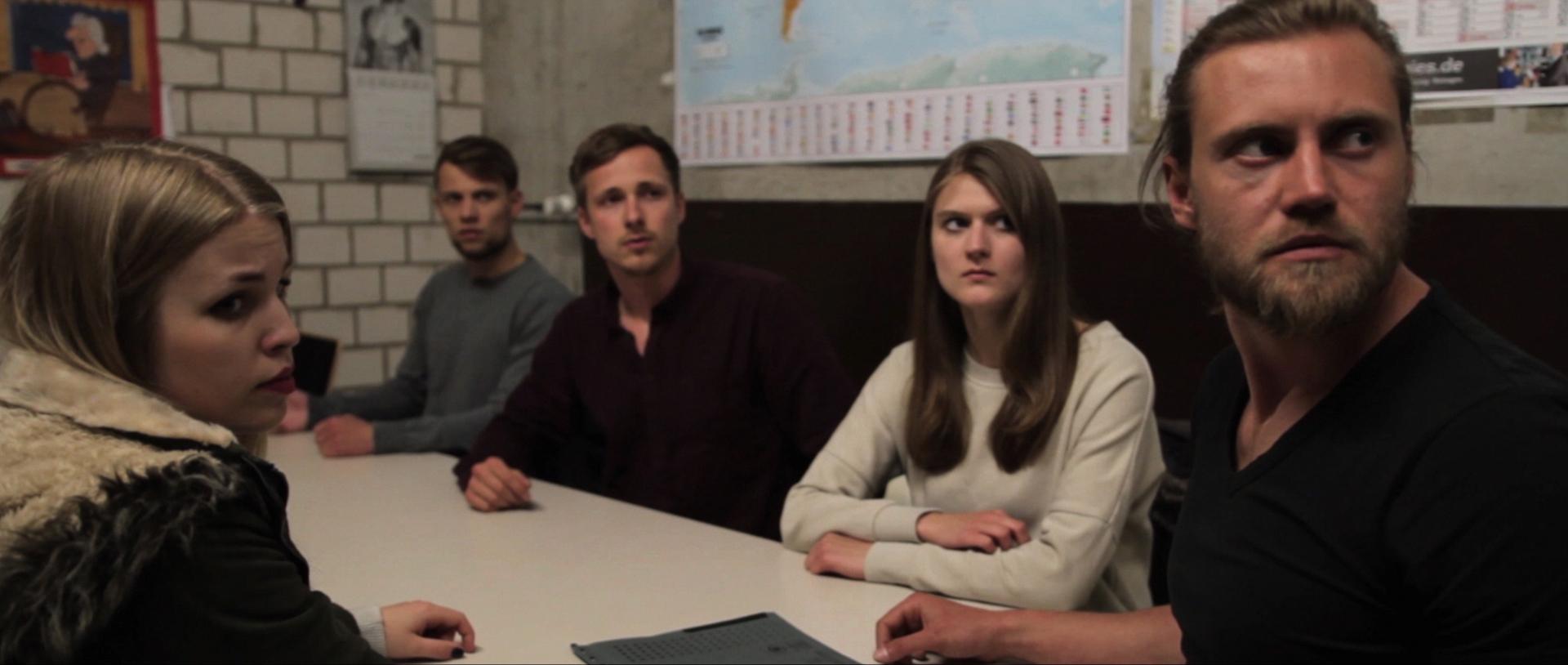 Sarah Mevers (Betti), Christopher Comouth (Lars), Alexander Benedikt Schulz (Basti), Bettina Hammelrath (Amy) und Oleksii Okhotiuk (Mark) schmieden gemeinsam einen Plan. Foto: I Mann Studios
