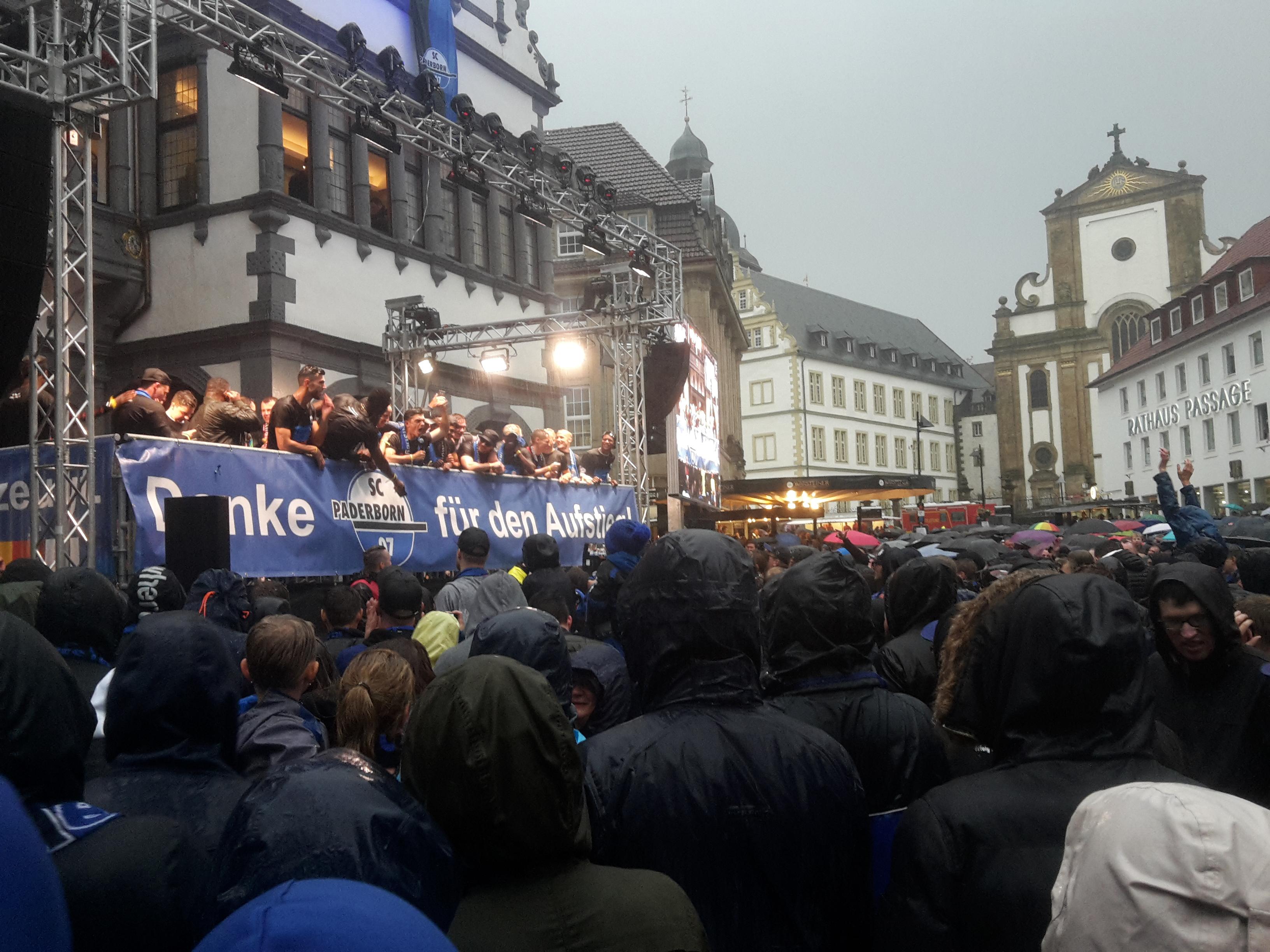 Auch das schlechte Wetter konnte dem SCP und seinen Fans die Aufstiegsfeier nicht vermiesen. Foto: rb