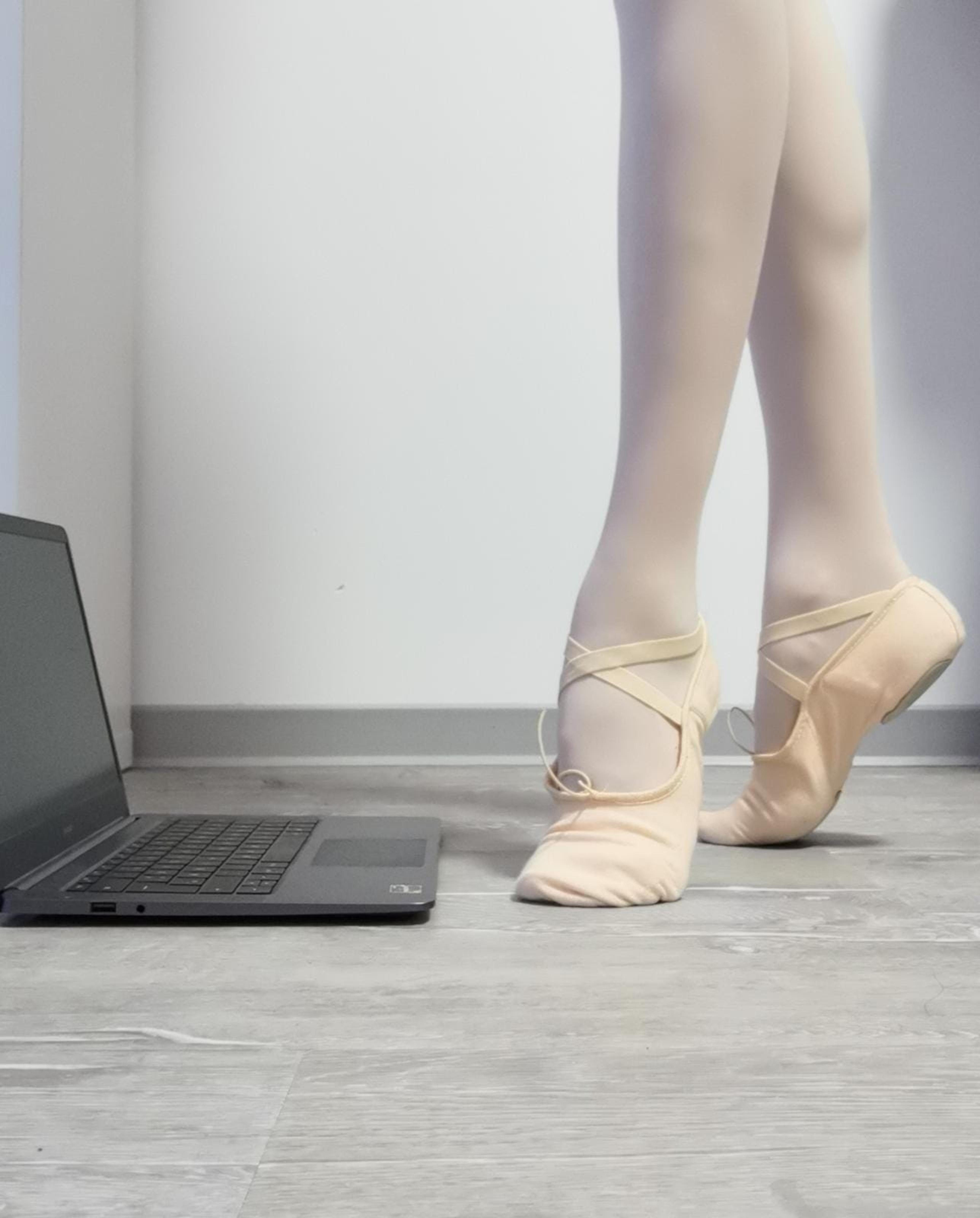 Auch zuhause müssen nicht vorhandene Muskeln trainiert werden. Zur Not mit dem Laptop und auf Laminat. Foto: kat