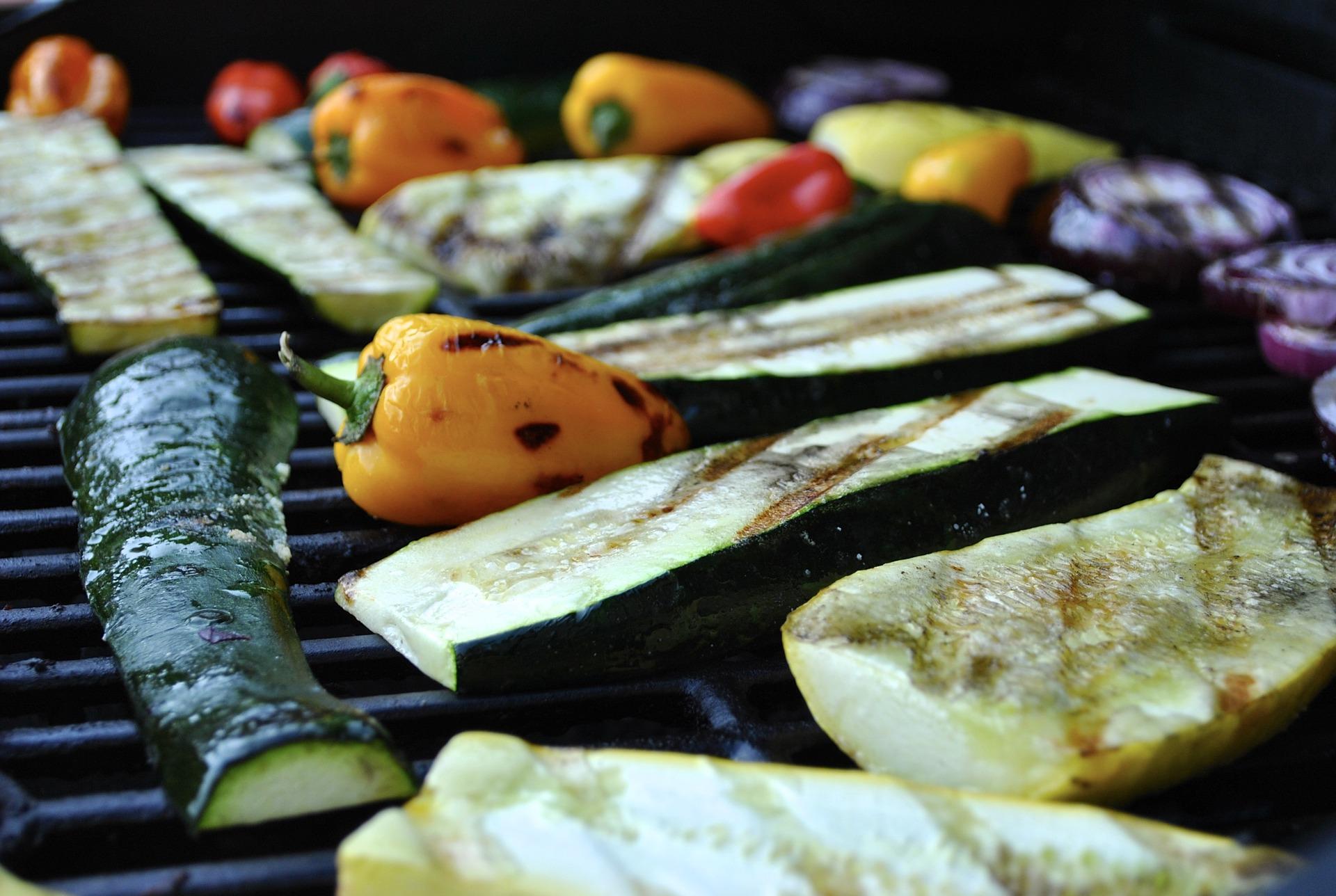 Es muss nicht immer Fleisch auf dem Grill sein. Grillgemüse oder Fleischersätze können ebenso lecker zubereitet sein. Foto: Angela Henderson Orr / Pixabay