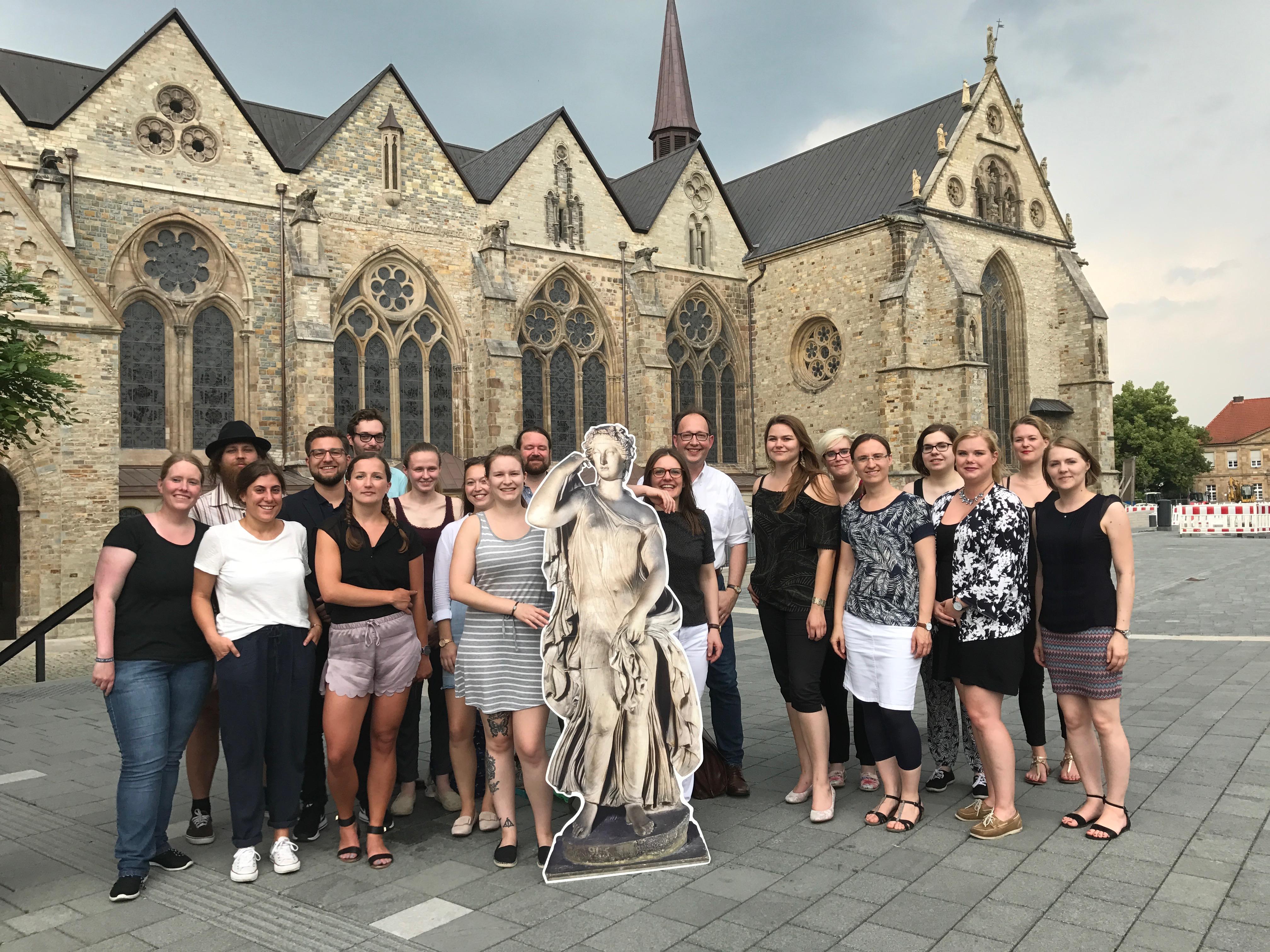 Die Seminargruppe zusammen mit der Ballerina di Goethe. Von der Statue war Goethe besonders fasziniert, sodass er versuchte, sie nach Weimar mitzunehmen. Natürlich ohne Erfolg! Für eine Reise nach Paderborn verließ sie Rom nun erstmals. Foto: Ina Güttler